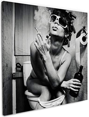 Wallario Leinwandbild Kloparty - Sexy Frau auf Toilette mit Zigarette und Schnaps - 50 x 50 cm: Brillante lichtechte Farben, hochauflösend, verzugsfrei