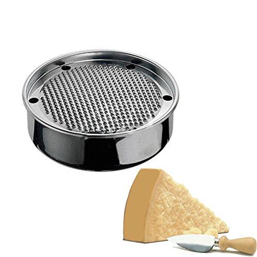 Intramontabile grattugia manuale, stile anni 50', tonda da formaggio interamente in acciaio. Grazie al vano sottostante sarà possibile grattugiare il formaggio e conservarlo in frigo direttamente nel raccoglitore. Diametro 18,5 cm