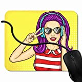 Tapis de Souris Gaming Popart Music Pop Girl Sexy Tenant par la Main à sa Bouche et Whispers About et Sales Woman Comic Mousepad Gaming pour Ordinateur, Ordinateur Personnel 1X1061