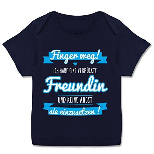 Sprüche Baby - Ich Habe eine Verrückte Freundin Blau - 80-86 (18 Monate) - Navy Blau - E110B - Kurzarm Baby-Shirt für Jungen und Mädchen in Verschiedenen Farben