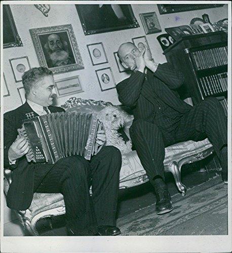 Foto vintage di Carl Jularbo sul fisarmonica e Harry Persson sulla armonica giocare insieme.