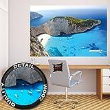Papel pintado fotográfico que muestra la playa de Zakynthos - isla paradisiaca griega – Poster XXL Base jump – La playa de Navagio en la isla de Zakynthos - papel pintado que muestra la playa de una isla jónica by GREAT ART (140 x 100 cm)
