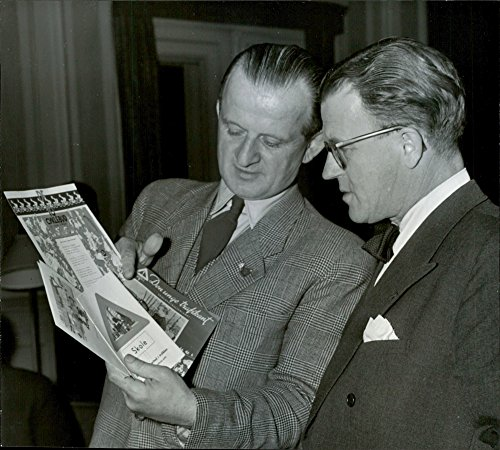 vintage-photo-of-overpolitibetjent-ricard-lindebro-shows-some-of-the-danish-brochures-for-patrol-ope