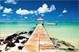 POSTERLOUNGE Poster 90 x 60 cm: Jetty and boat on the turquoise water, Black River, Mauritius, Indian Ocean, Africa de Jordan Banks/Robert Harding - reproduction haut de gamme, nouveau poster