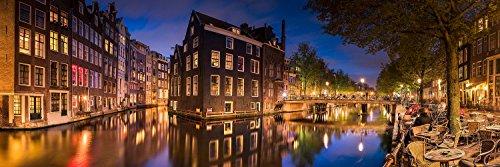 Exklusives Leuchtbild aus Echtglas in Galerie Qualität. Altstadt von Amsterdam mit Rotlichtviertel. . Panorama-Bild mit LED Hinterleuchtung. Kunst Glasbild Wandbild Bild Wanddeko