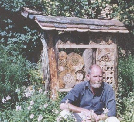 Dr. Gerd Hommel bei der Insektenbeobachtung