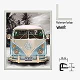 Kunstdruck Poster - Volkswagen VW Bulli Bus Camper Blau Strand Beach 40 x 50 cm mit Kunststoff-Bilderrahmen & Acrylglas reflexfrei, viele Farben zur Auswahl, hier Weiß