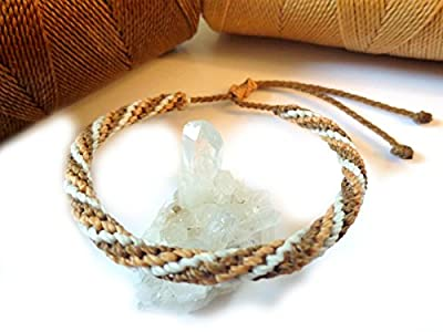 Bracelet brésilien/amitié/bohème/unisexe/en fil Blanc Beige/Paille et Marron clair tissé/tressé main en macramé avec du fil ciré et ajustable