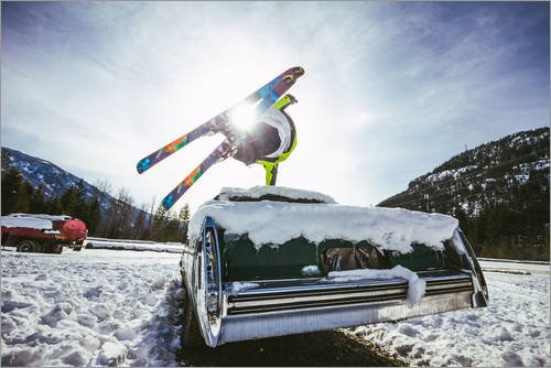 Poster 60 x 40 cm: Ski Freestyle. Skifahrer springt über Oldtimer von Alejandro Moreno de Carlos - hochwertiger Kunstdruck, neues Kunstposter (Freestyle-ski-poster)