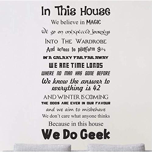 Qthxqa In Diesem We Do Geek Vinyl Wandkunst Aufkleber Aufkleber Zitat Filme Dekor Wandaufkleber Home Decor Kindergarten Kinderzimmer Aufkleber 51 * 100 (Halloween 2 Film Zitate)