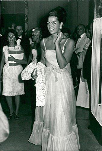 vintage-photo-of-the-princess-ira-von-furstenberg-the-red-cross-ball