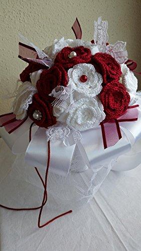 Bouquet sposa shabby chic rosso e bianco, realizzato interamente a mano, composto da fiori artificiali roselline lavorate all'uncinetto, nastri di raso, pizzi e merletti e perline.