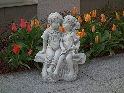 Wunderschöne Steinfigur Mädchen und Junge auf einer Bank aus Steinguss, frostfest