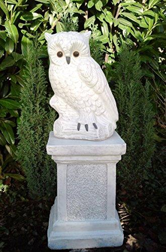 steinfigur-eule-mit-saule-antik-weiss-deko-figur-garten-frostsicher