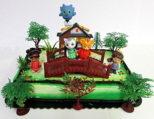 Daniel Tiger Geburtstagstortenaufsatz mit Daniel Tiger und Friends Figuren und dekorativen Themenaccessoires (Tiger Daniel Dekorationen)