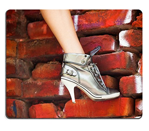 Liili Mauspad Naturkautschuk Mousepad Frau Bein in High Heel Sneakers auf Rot Ziegel Wand Bild-ID 21966143 (Heels Wand)