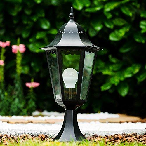 Sockelleuchte in Schwarz - Gartenlampe mit Steckdose im retro-Design - Rustikale Außenleuchten aus Aluguß - Wegeleuchte für den Garten