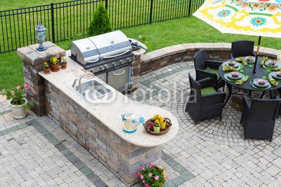 "Alu-Dibond-Bild 140 x 90 cm: \""Outdoor kitchen and dining table on a paved patio\"", Bild auf Alu-Dibond"