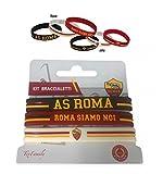 """Questo set di tre braccialetti in silicone originali Roma è composto da: 1 bianco con logo originale A.S. Roma 1 rosso con scritta """" Roma Siamo Noi"""" 1 nero con scritta AS ROMA Compresa nella confezione l'originale cartolina Texfamily """" Roma è..."""
