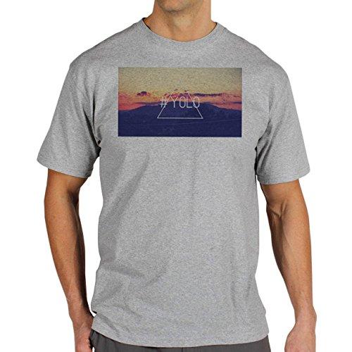 YOLO Mountain Location Background Herren T-Shirt Grau