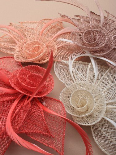 cristallo-innovation-4316-hessian-netted-rose-color-crema-con-3-petali-fascinator-su-una-clip-a-becc