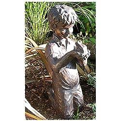 Boy con rana grande adorno de jardín
