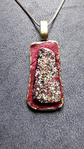 SHELLAC Creations Ein kleiner Schmuckanhänger mit großer Wirkung. Der Untergrund ist in Pink lackiert und ein glitzerndes Disco-Farben sitzt auf dem Plateau. Größe: ca. 4 x 1,8 cm Große Disco