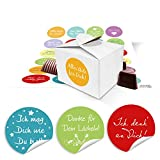 48 kleine weiße Geschenkboxen Geschenkverpackung Geschenkschachteln 8 x 6,5 x 5,5 + runde Aufkleber bunt mit lustigen Sprüchen Ø 4 cm, Verpackung für Gastgeschenke, … zum Befüllen