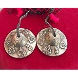 Bouddhiste tibétain astamangala cloches sur cordon en cuir; 6.2cm Diamètre, cordon en coton avec motif en relief les 8Symboles de bonheur. bouddhiste est livré dans une pochette de transport (couleur et motif Varier)