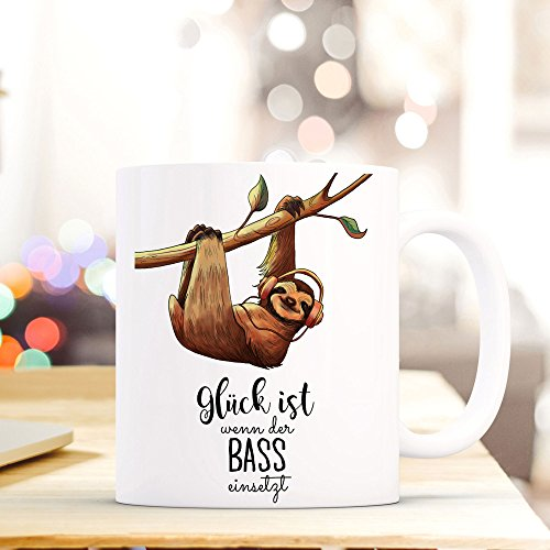ilka parey wandtattoo-welt® Becher Tasse Kaffeetasse Kaffeebecher Faultier mit Spruch Glück ist wenn der Bass einsetzt ts422