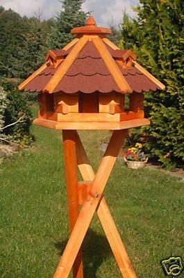 Vogelhäuschen, Vogelhaus mit Bitumschindeln, behandelt mit Ständer