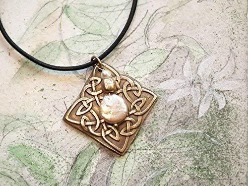 Quadrat Anhänger aus Goldbronze mit Keltischer Knot Motiv handgemacht, mit lapislazuli oder Süsswasser Perlen schwarz Lederschnur. On Bestellung weiss (Silber Farbe) oder Kupfer