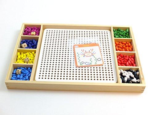 Formen-Steckspiel mit 24 Vorlagenkarten, 4 Würfel, Stecker in 9 Farben + 1 Steckbrett / Maße: 40x27x3 cm / beidseitig bespielbar