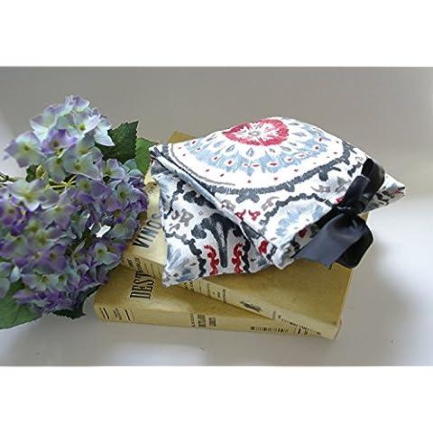 Saco térmico desenfundable en funda de tela de algodón blanca con mandala gris y roja. Relleno de Huesos de Cerezas o Semillas y con aroma a Lavanda, Eucalipto o Menta. (H.Cereza-Lavanda,