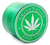 GRINDNATION Premium Grinder Crusher aus hochwertigem Aluminium in Grün, Ø 63mm groß XXL, 4-teilig, mit Pollensieb, starker Magnet, scharfes Mahlwerk, Set inkl. Schaber und Schutzbeutel
