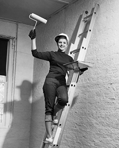 Portrait of a Young Woman Standing on a Ladder and Holding a Paint Roller and a Paint Tray Poster Drucken (60,96 x 91,44 cm) -