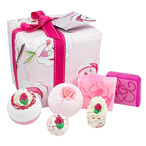 Badeset – Blumenduft (Rosenzauber, ohne Handtuch): hochwertiges Wellness-Set von Bomb Cosmetics mit handgefertigten Markenprodukten – fünf Bade-Sets zur Wahl – originelles Geschenk für Frauen