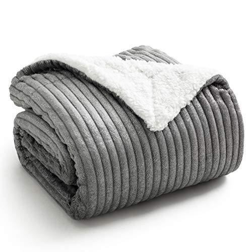 Bedsure Sherpa Decke grau Kuscheldecke mit Näht Beule Streifen zweiseitige Sofadecke, Couchdecke extra warm& Dicke Wohndecke 130x150 cm, super Flauschige fliesdecke/Wohnzimmerdecke als Überwurf