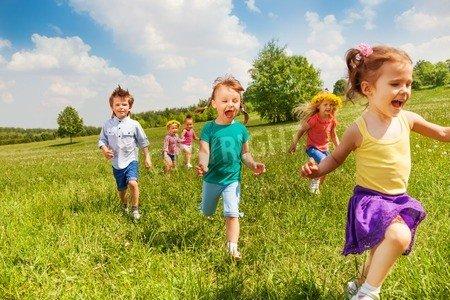 """Alu-Dibond-Bild 50 x 30 cm: """"Excited running kids in green field in summer play together"""", Bild auf Alu-Dibond"""