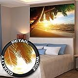 Papel pintado fotográfico que muestra una playa de arena con la puesta del sol – imagen mural del paraíso con palmeras y el mar – decoración mural XXL de una playa by Great Art 140 cm x 100 c