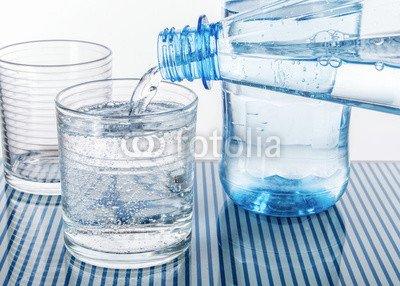 druck-shop24 Wunschmotiv: Mineralwasser aus blauer Flasche in ein Glas eingeschenkt #106977200 - Bild als Foto-Poster - 3:2-60 x 40 cm/40 x 60 cm