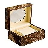 Présentez votre montre dans cette boîte de montre unique au design exquis. La boîte construite en bois s'ouvre avec un seul compartiment avec un coussin amovible. La doublure intérieure douce ajoute à l'ensemble des détails de l'affaire. Boîte de mon...