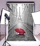 YongFoto 1x1,5m Vinyl Foto Hintergrund Eiffelturm europäisch Gebäude Frankreich Straße Roter Regenschirm Regnen Romantisch Fotografie Hintergrund für Portraitfotos Photo Booth Baby Party Banner Kinder Fotostudio Requisiten