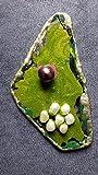 SHELLAC Creations - Eine kleine Gruppe weißer Südseeperlen schwimmt in einem grünen glitzernden Meer auf die Queen des Pink zu und unterstreicht die Schönheit dieser Schellack-Brosche. Größe: ca. 6,5 x 3,5 cm