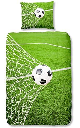 Aminata Kids - Kinder-Bettwäsche-Set 135-x-200 cm Fussball-Motiv für Echt-e Sport Fan-Artikel Ecke-n Motiv verstärkt WM FIFA 100-{5f7d308a224a229e0c3939a6961acc75366c4526240d1be40a012926bd7b7a8c} Baumwolle Renforce grün Weiss Teenager-Jugendlich-e