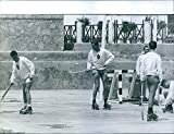 Vintage Foto Di Juan Carlos Playing Hockey su pista.