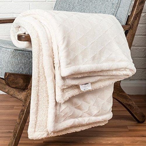 Homescapes flauschig weiche, wärmende Kuscheldecke / Tagesdecke in Cremeweiß, Sofa - Bett - Sessel, Polyester, geometrisches Dreeickmuster & Schaffelloptik, 160cm x 200cm