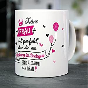 """Tasse mit Stadt/Ort Freiburg im Breisgau - Motiv """"Keine Frau ist Perfekt, aber..."""" -Städtetasse, Kaffeebecher, Mug, Becher, Kaffeetasse - Farbe Weiß"""