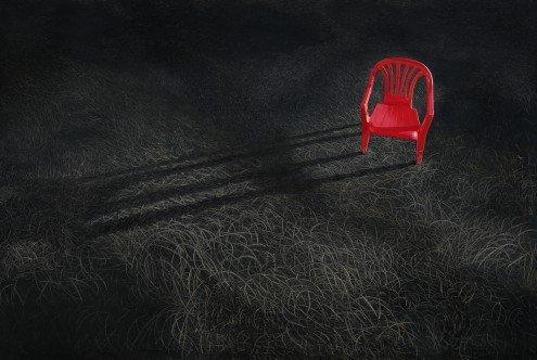 Roter Stuhl Galerie (Acrylglasbild Heng Li - Anscheinend schön - 104 x 70cm - Premiumqualität - Dunkelheit, Gras, roter Stuhl, Plastikstuhl, billiger Gartenstuhl, Kontrast, Fotokuns.. - MADE IN GERMANY - ART-GALERIE-SHOPde)