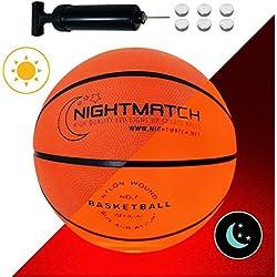 NIGHTMATCH Ballon de Basketball Lumineux, Pompe à Ballons et Batteries de Rechange Incluse - Illuminé de l'intérieur par Deux LED Lorsque Qu'on Le Frappe - Lumière de Nuit Ballon - Taille 7